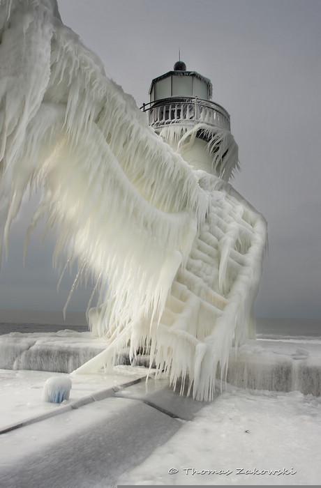 极端天气下的冰冻灯塔如科幻世界