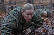 美军女兵训练与男兵一样残酷