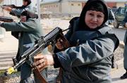 阿富汗女警察手持步枪外表凶悍