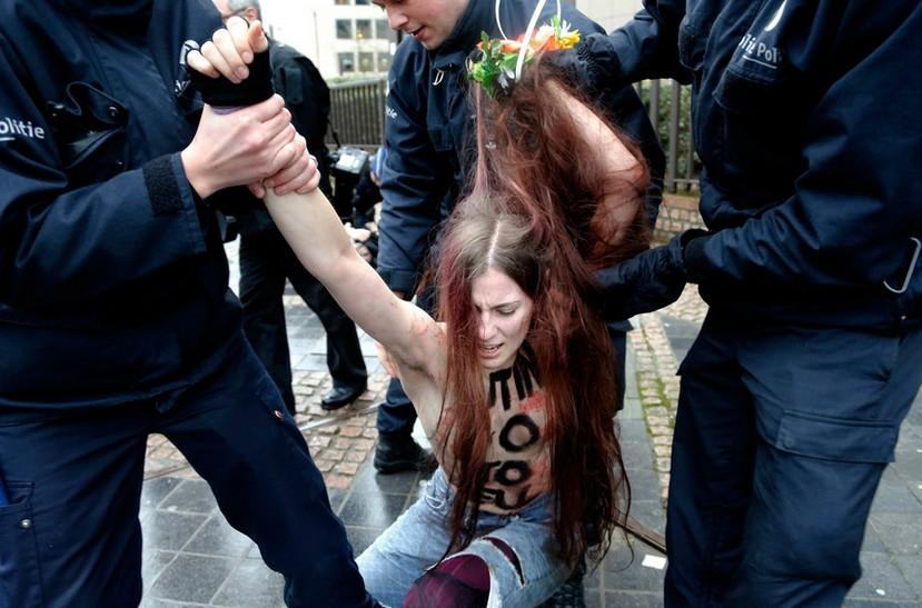 2012111915:18:00女权组织提倡裸体抗议艺术强调需要好身材(图)
