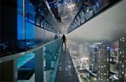 城市风光:楼宇边缘行者