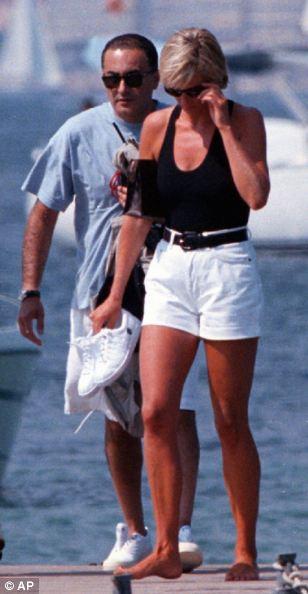一张戴安娜王妃生前的私密照曝光,照片中的她只有18、9岁,靠在