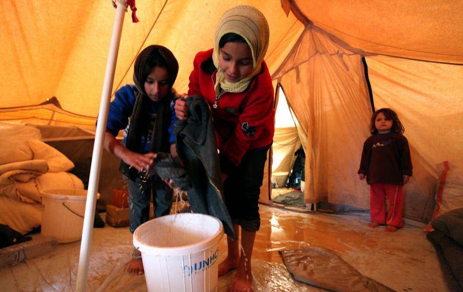 孩子 难民营 叙利亚/叙利亚难民营因暴风雨雪上加霜(10/20)