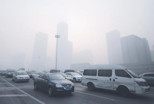 图片说明:北京上周末出现有记录以来最严重的污染天气。图为12日北京CBD周边建筑笼罩在浓雾中。