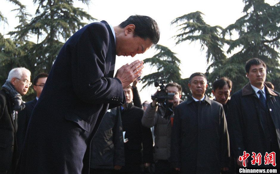 日前首相鸠山参观南京大屠杀遇难同胞纪念馆、双手合十默哀