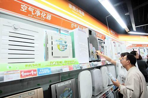 上海一个家电卖场中,顾客在咨询空气净化器产品。