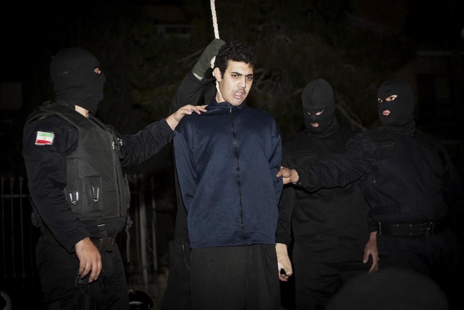 视频 伊朗/伊朗两男子因暴力抢劫被当众绞刑(3/7)