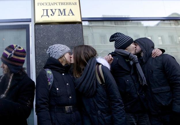 同性恋/俄同性恋公开接吻抗议反同性恋法(1/4)