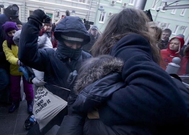 同性恋/俄同性恋公开接吻抗议反同性恋法(3/4)