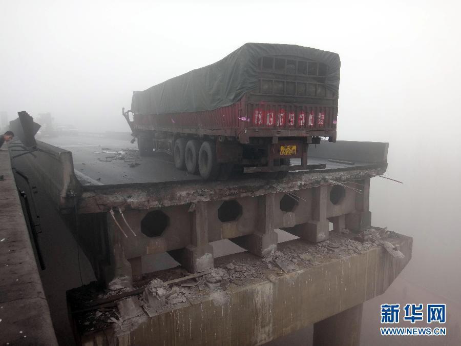 河南大桥坍塌事故致20余死伤 官方称天气所致