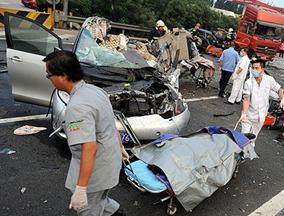 北京路面结冰致2000余起车祸