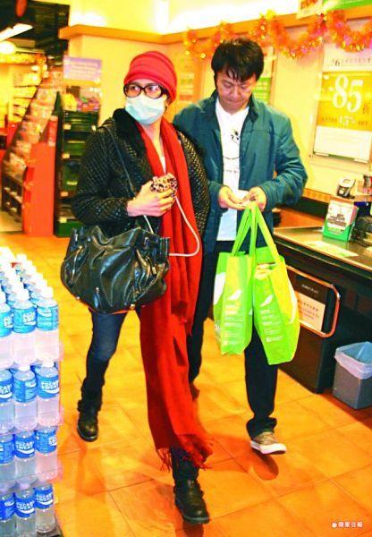 47岁邵美琪牵男友甜蜜购物
