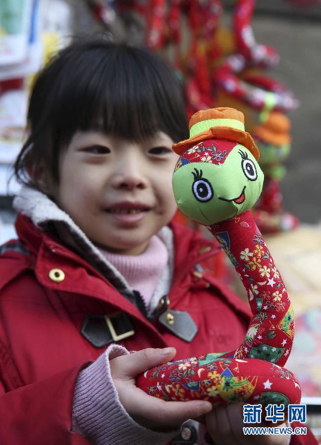 社会 3 卖萌 蛇饰品流行京城庙会