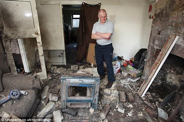 离开家,屋里的烧柴火炉便发生爆炸,将整个房间毁成灰烬.所幸