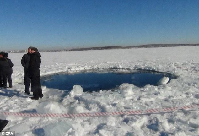 陨石雨 袭击 直径 大坑 被砸/俄民众称陨石坠落如同世界末日(2/30)