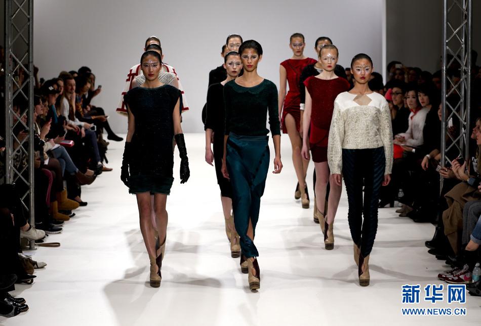 2月18日,模特在2013伦敦秋冬时装周上展示中国设计师吉承的时装.图片