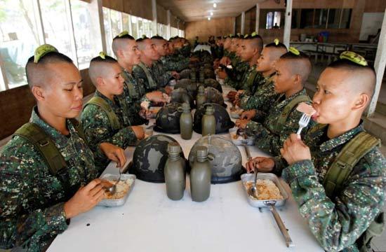 菲女兵就餐时头顶香蕉别具一格