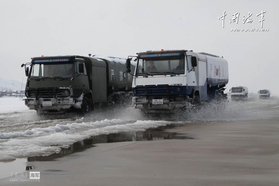 海空雄鹰团苏30驻地遭暴雪之后