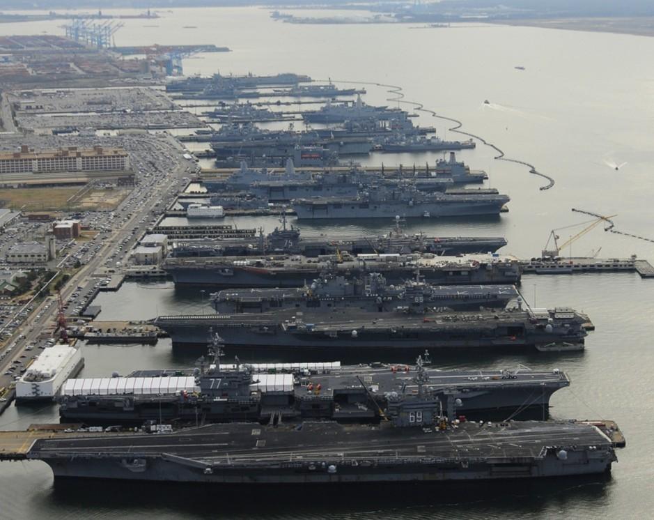 美军航母齐聚诺福克军港