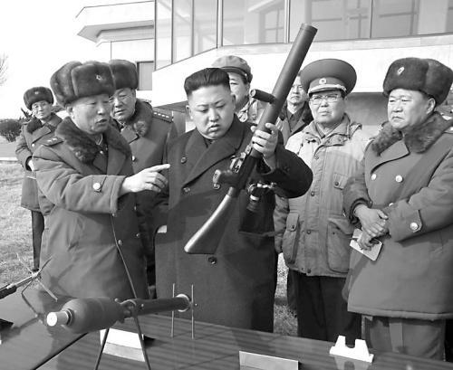 金正恩视察炮兵部队。