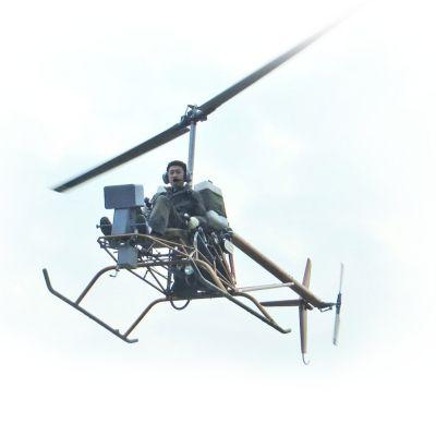 沈先生试飞自己制造的直升机。