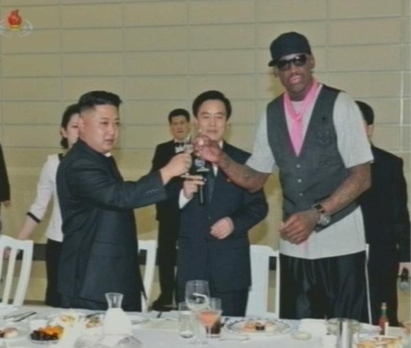 金正恩宴請美籃球代表團,與羅德曼交談甚歡。