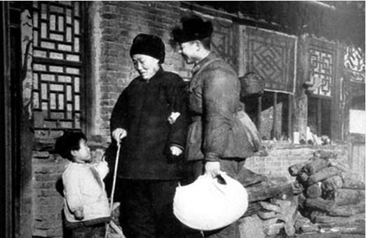 毛泽东纪念堂视频_换个角度看待历史摆拍照 拉黑英雄是饮鸩止渴_军事_环球网