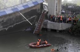 印立交桥坍塌致车坠河
