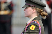 给爱尔兰新兵带队的是位女军官