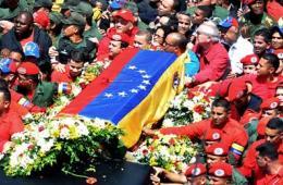 数万民众统一身着革命红衫送别查韦斯
