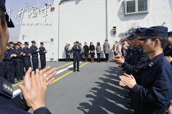"""军嫂论坛吧_054A舰""""老公团""""持花迎接军嫂 - 海军论坛 - 铁血社区"""