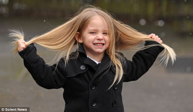 """【环球网报道 记者 郭文静】小男孩一般都留着精干利落的短发,然而英国一名3岁男童的头发却有2英尺(60厘米)长,以至于经常被人误认为是女孩子。不过,这名小男孩为了慈善募捐决定剪掉自己一头的金色长发。   据英国《每日邮报》3月14日报道,这名男童叫伊莱贾,其从未剪过头发以至其长到2英尺长。他的母亲安伯说,她一直按照儿子喜欢的发型来留头发,但现在,儿子却常因这一头长发而被误认为是女孩子。   """"人们常对我说'哦,多可爱的一个小女孩',然后伊莱贾就会说'我是"""
