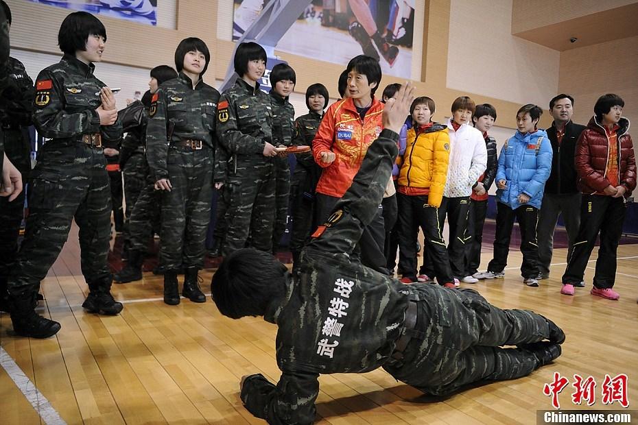 装警察部队特种警察学院,并观摩了特战女兵的军事技能演练,双方图片
