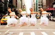 优雅芭蕾舞者在嘈杂街道起舞