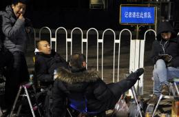 总理记者会受关注 记者凌晨排队入场