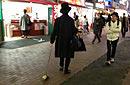 日神秘男子街头遛萝卜