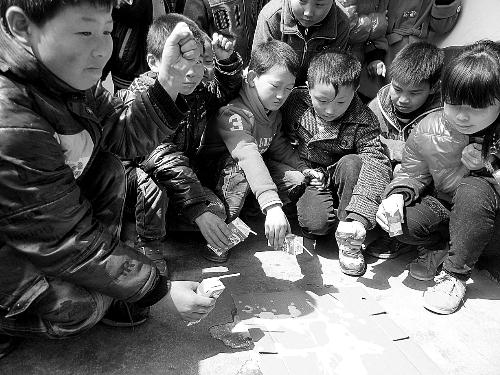 孩子们往地上挤奶