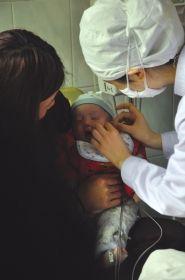 3月24日,长沙市中心医院,发生感染的强强正在接受治疗。图/通讯员陈颖