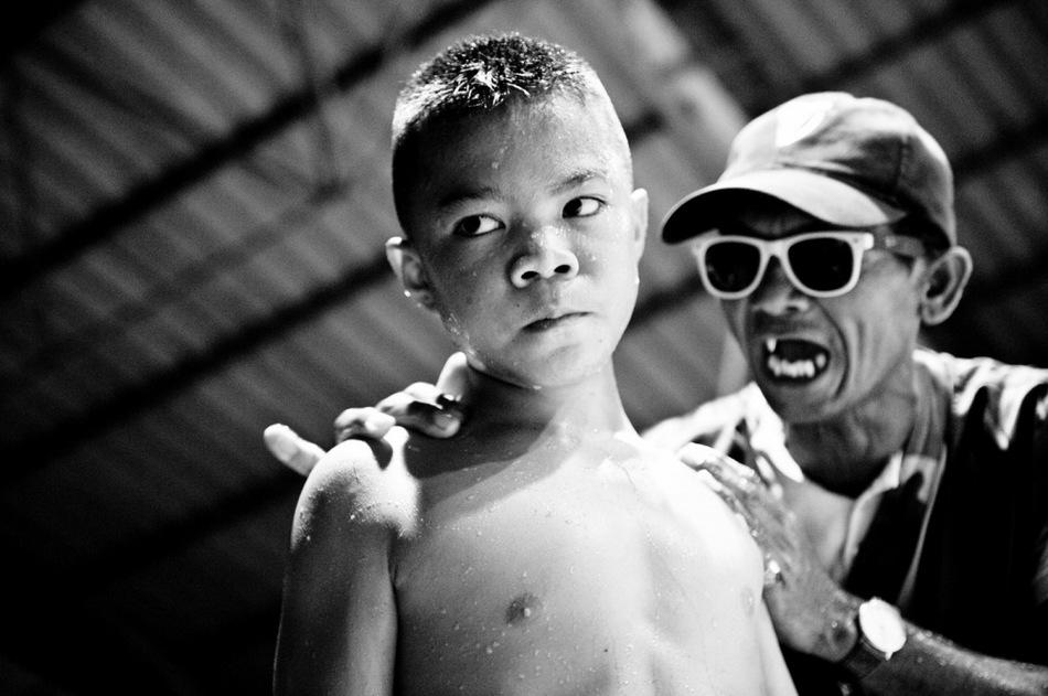 走进泰国儿童拳击手血腥搏斗场