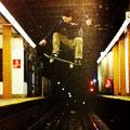 滑板青年横跨地铁照风靡网络
