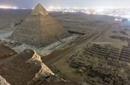 游客偷爬胡夫金字塔顶