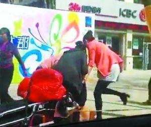 兰州5名女子当街对小三拳打脚踢扒衣泼粪(图)