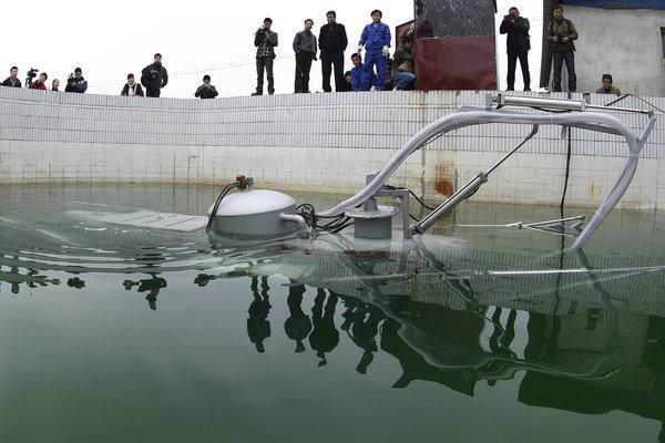 下岗工人造 潜艇 可遥控指挥摄像取景