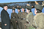 金正恩指导朝鲜女兵登陆战训练