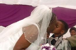南非男童娶61岁老妇