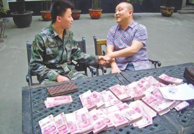 3月31日,小陈(左)捡到31万后交还失主(右)。(警方供图)