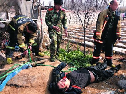 恩佐2男子发狂砍死妻子和岳母 被围堵跳井被擒(图)