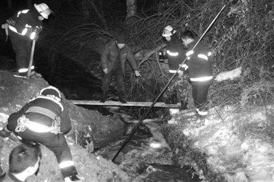 哈尔滨11岁女孩坠入河沟 打捞7小时未见踪影