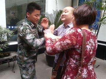 """""""马大哈""""上厕所丢了31万 90后军人拾金不昧"""
