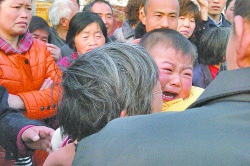 两岁女童被强行抱走